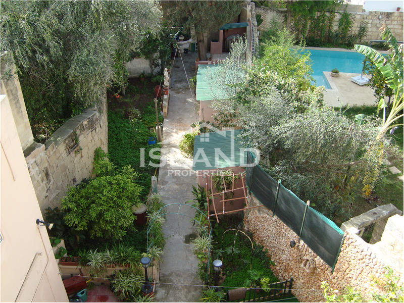 Large Five Bedroom Townhouse in Lija